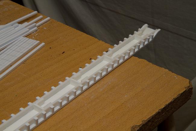 Hotové nástupište pri pohľade zospodu – nosné stĺpiky sú už zrezané na potrebnú dľžku