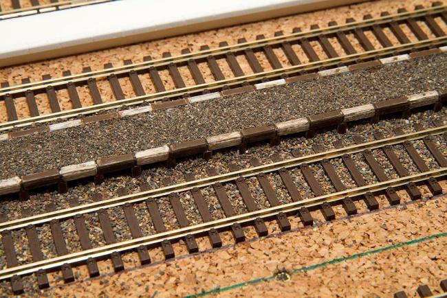 Detail hotového nástupišťa a jeho zaštrkovania – štrkovanie je je po úroveň pražcov
